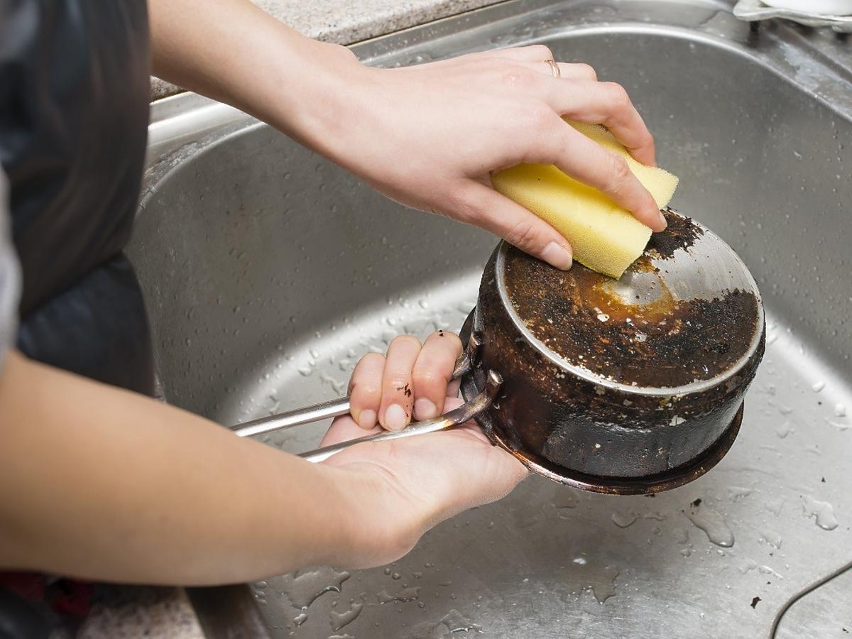 Jak wyczyścić spalony garnek? Prosta domowa mikstura z pasty do zębów i sody oczyszczonej