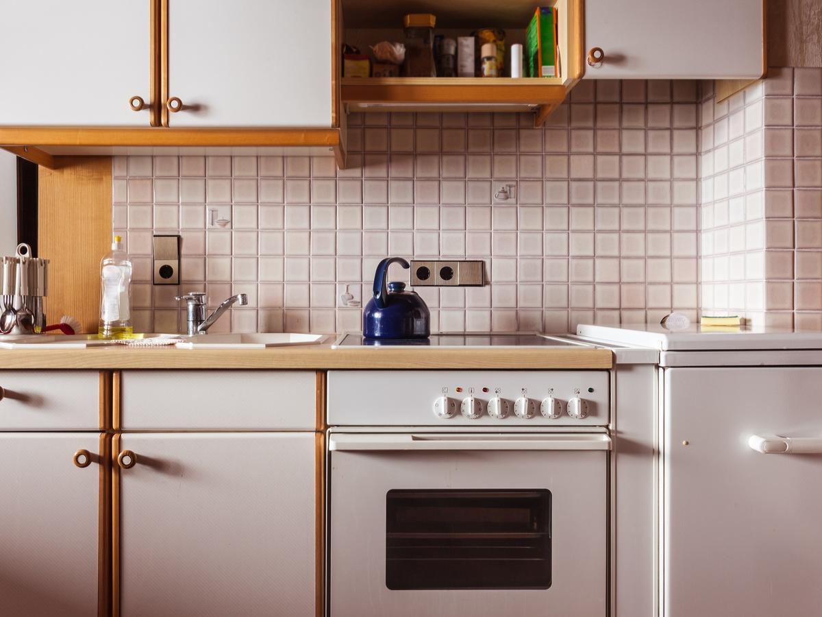 Jak wyczyścić szafki kuchenne? Wcale nie potrzeba specjalnych detergentów