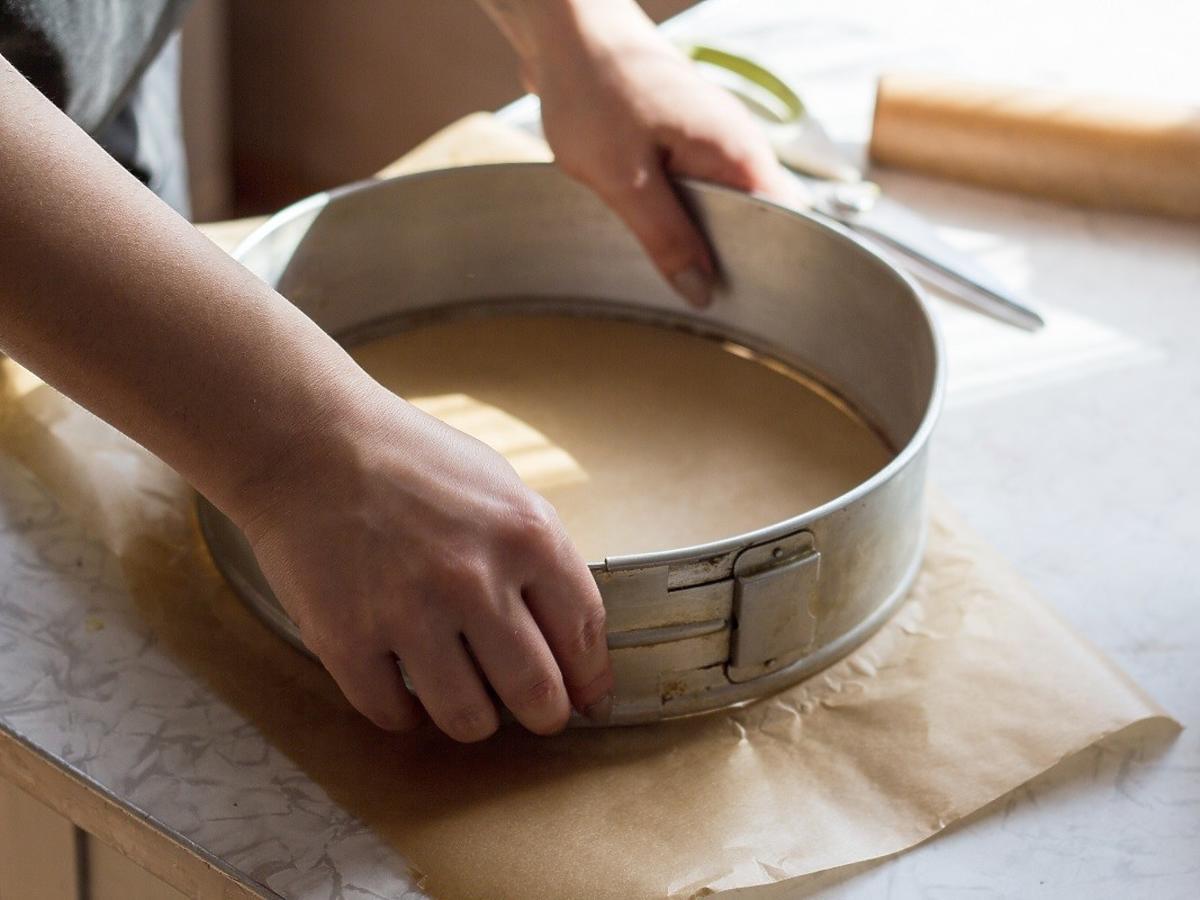 Jak wyłożyć tortownicę papierem do pieczenia? Ten sposób jest niezawodny