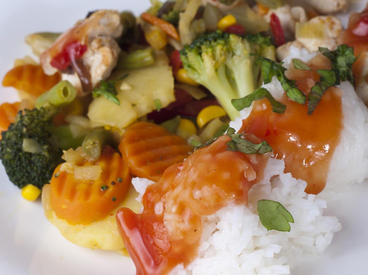 Jak zrobić danie meksykańskie? Przepis na ryż z kurczakiem i warzywami