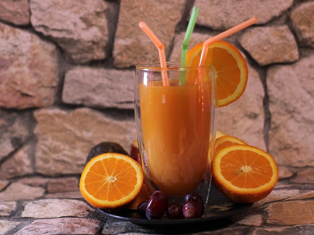 Jak zrobić świeżo wyciskany sok bez sokowirówki i wyciskarki? Genialne