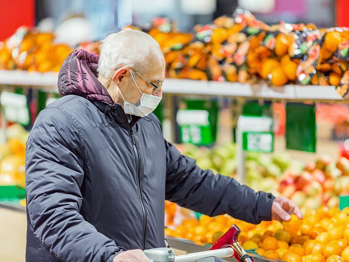 Jak zrobić zakupy spożywcze, żeby się nie zarazić COVID-19? Ekspert ostrzega