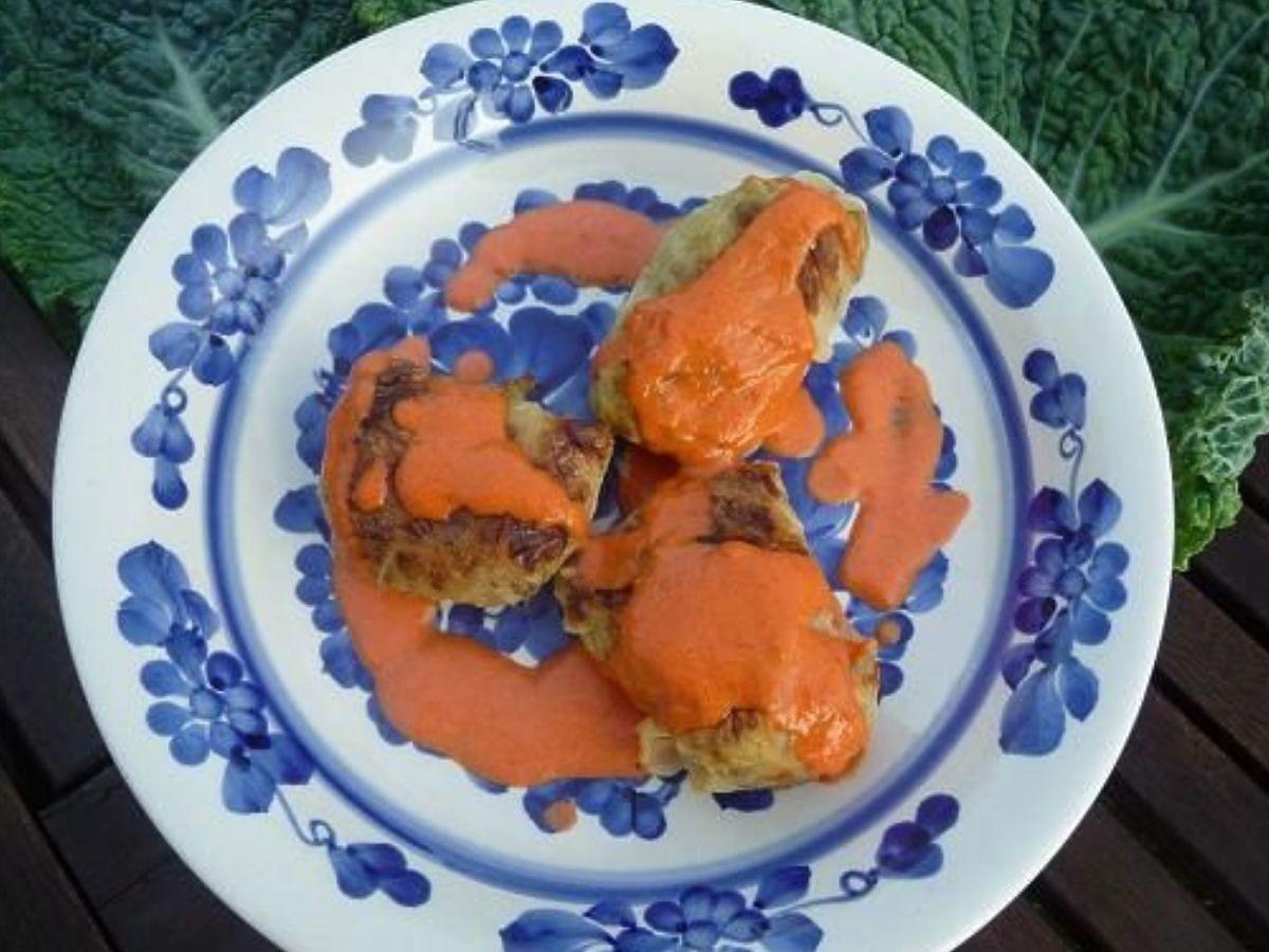 Jaki sos podać do gołąbków? Nie pomidorowy ani pieczarkowy. Ten najlepiej podkreśli ich smak