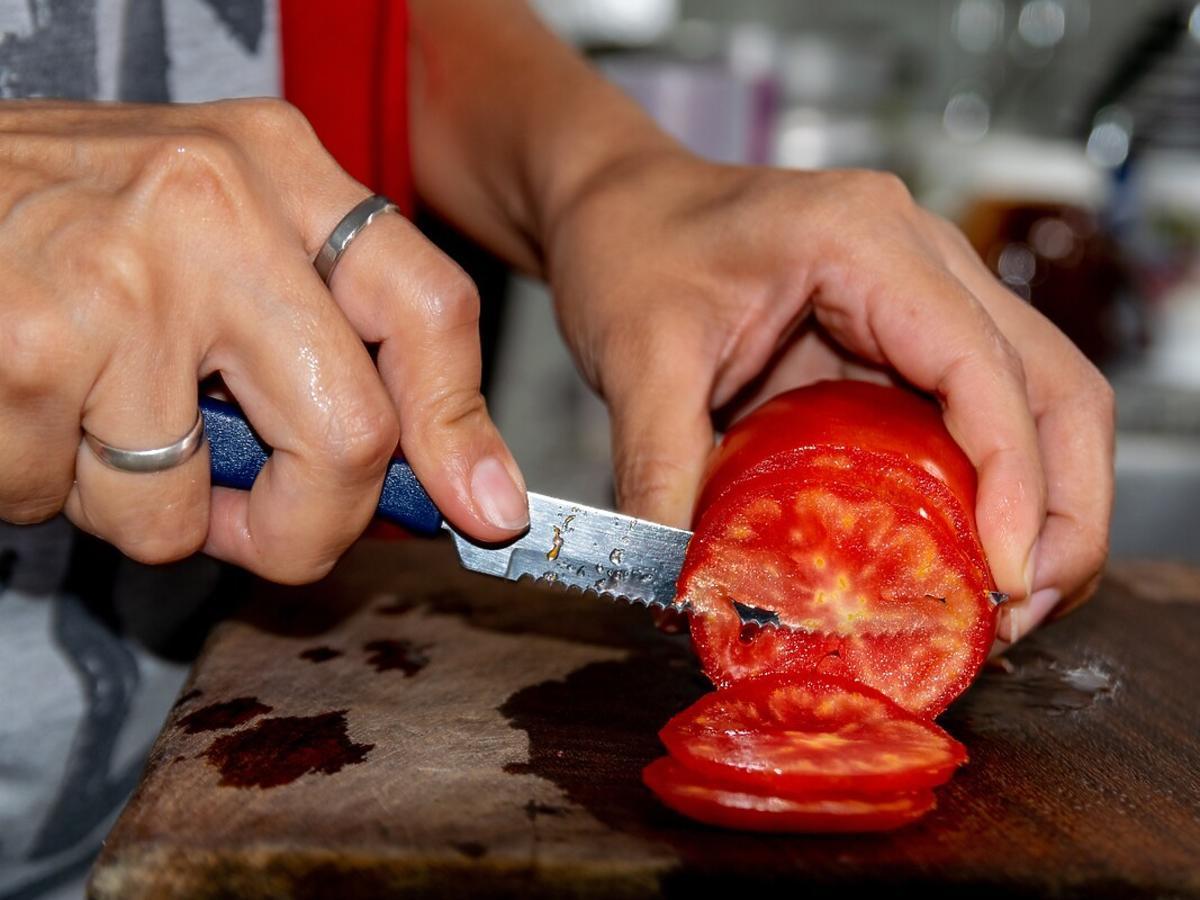 jakim nożem kroić pomidory