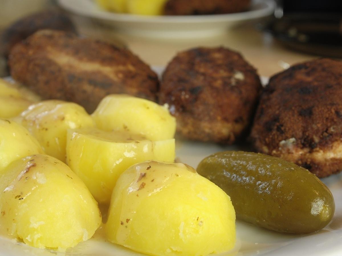 Jecie na obiad mięso z ziemniakami? To połączenie szkodzi wam bardziej, niż myślicie