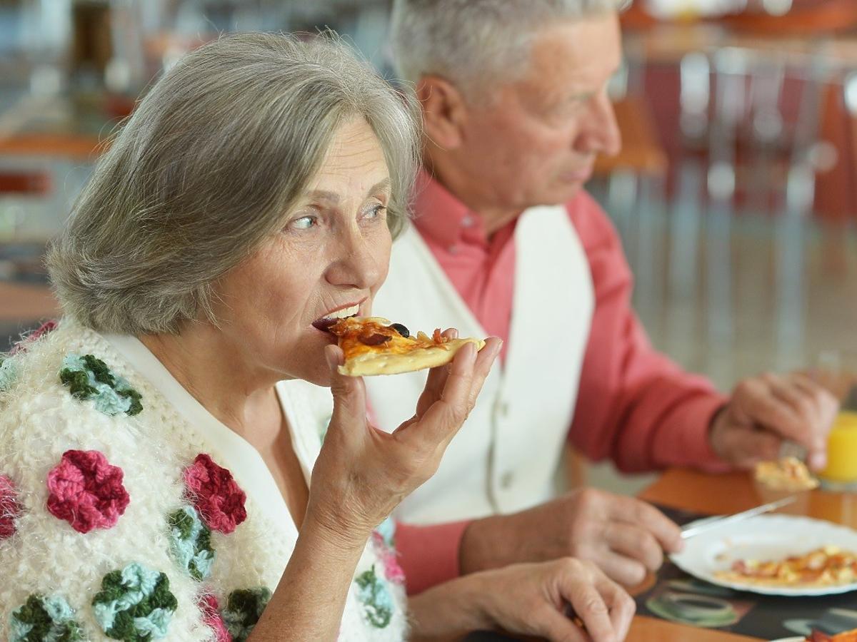 Jecie to na śniadanie? Jak większość ludzi. Zdaniem dietetyków, już lepiej zjeść... pizzę. Dlaczego?