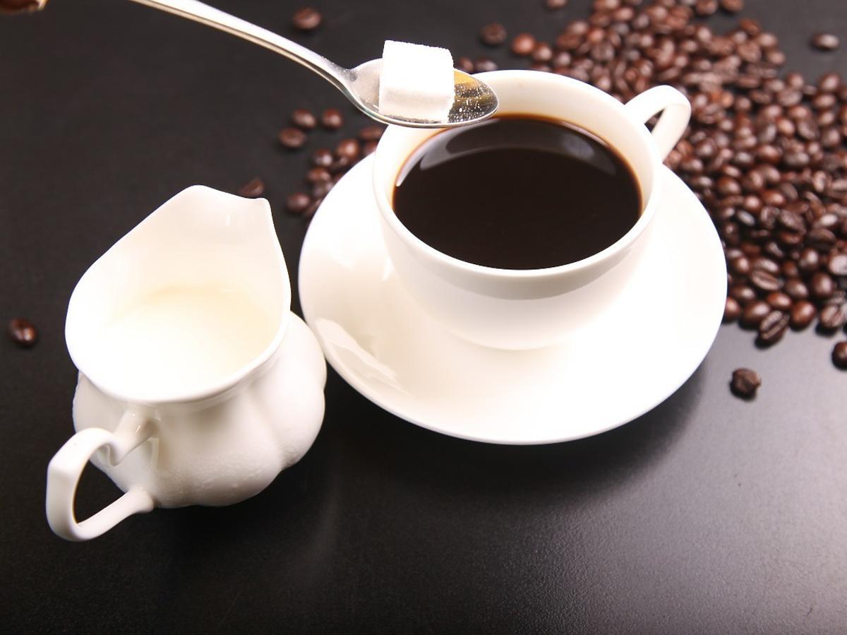 kawa cukier biały czy brązowy