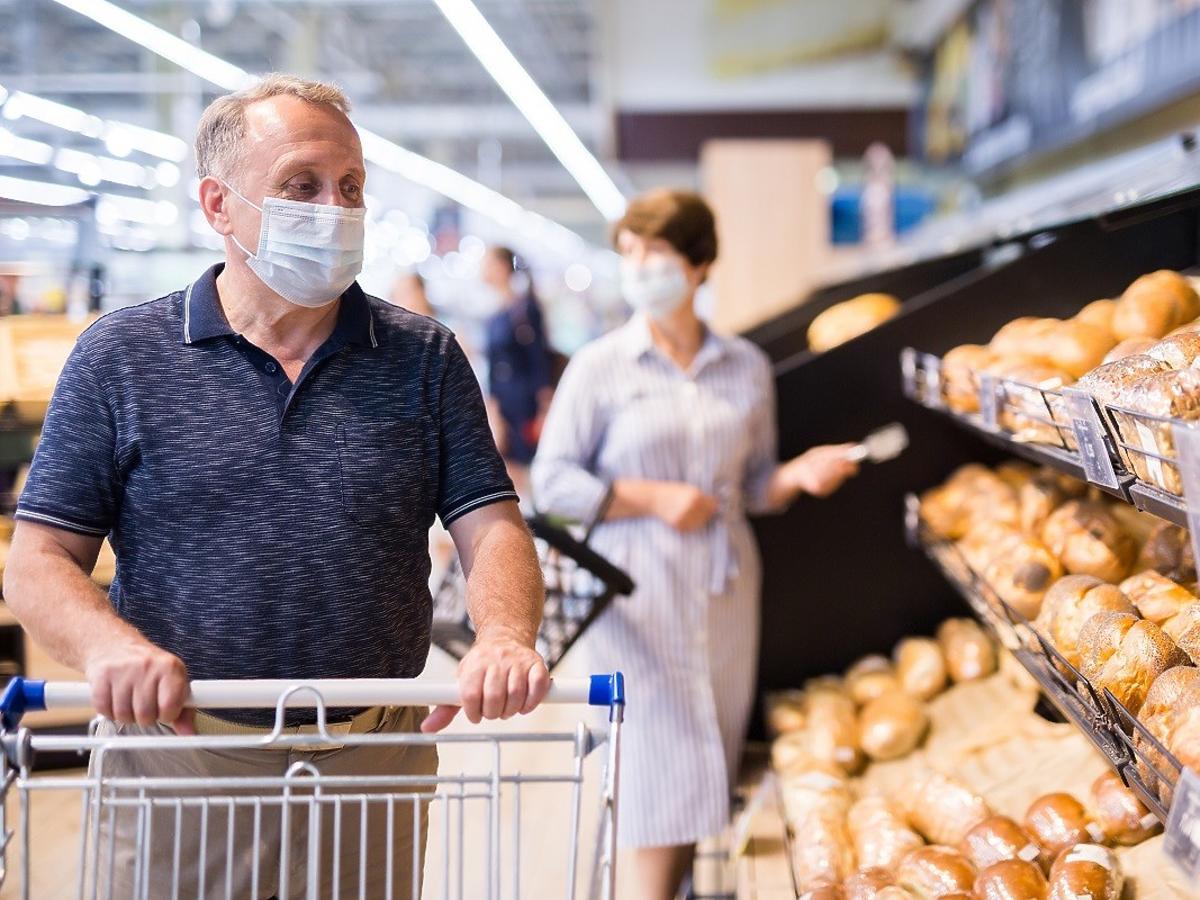 Kiedy zdejmiemy maseczki w sklepach? Minister Niedzielski odpowiada