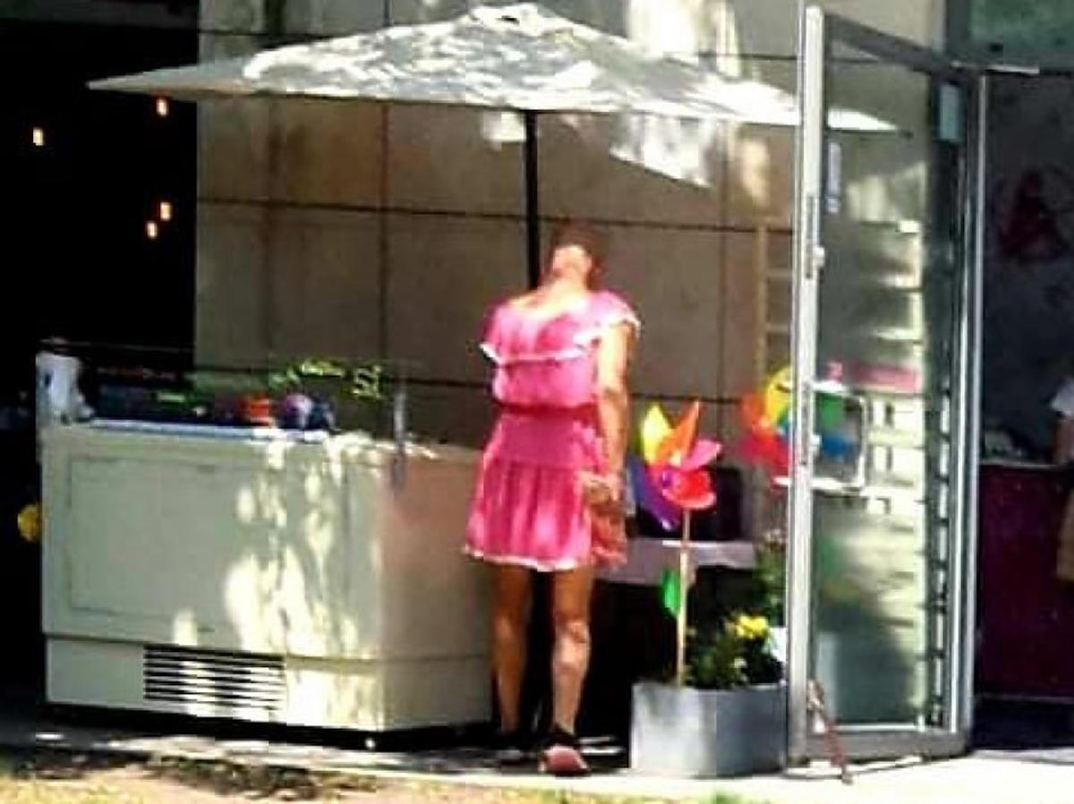Kielce: mężczyzna w różowej sukience ukradł 4 kg lodów i okradł sklep spożywczy. Szuka go policja