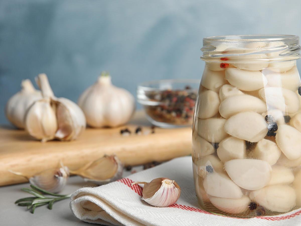 Kiszony czosnek to hit tej jesieni. Jedzcie go a szybko podkręcicie swoją odporność