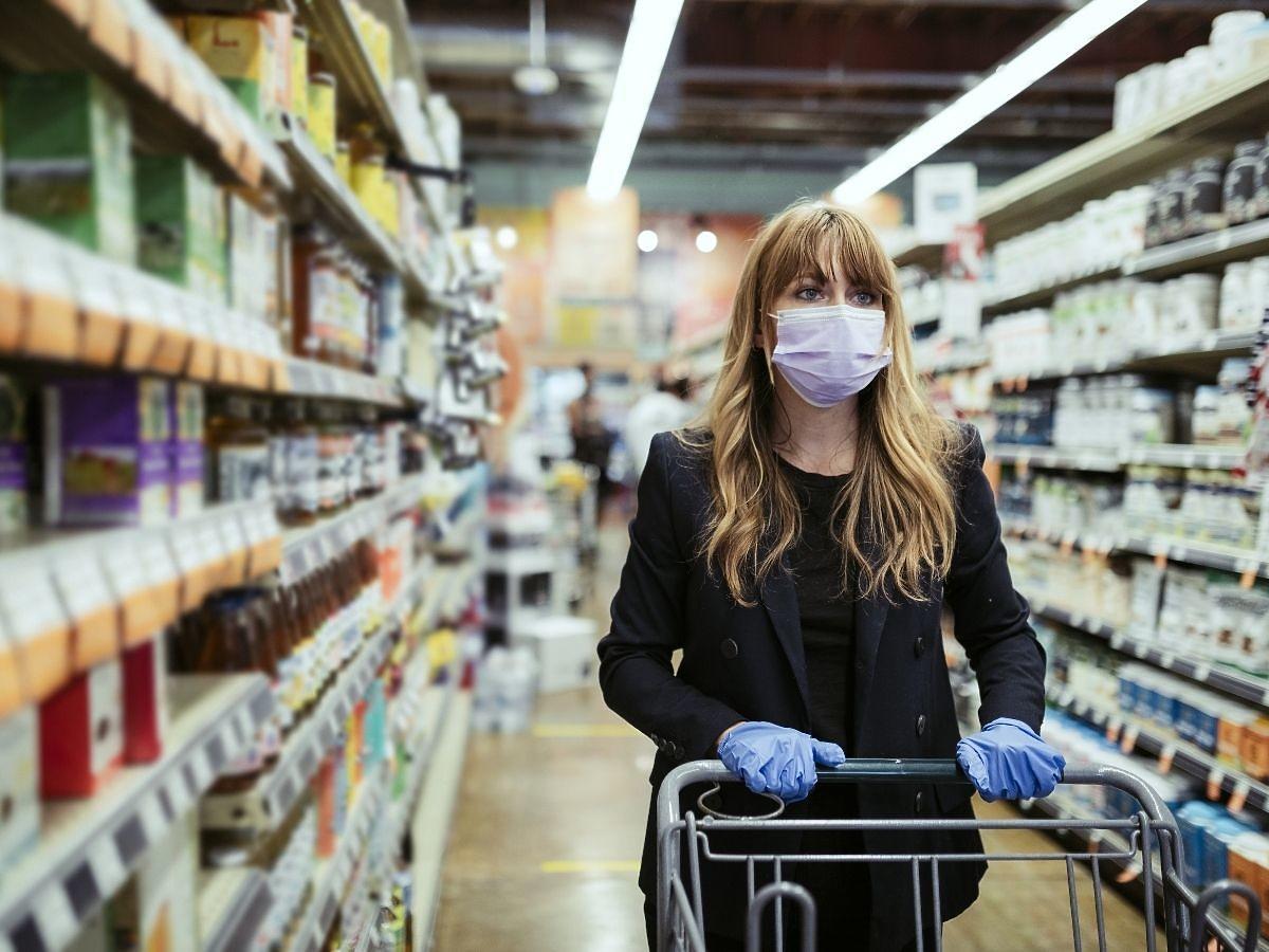 Kobieta chora na koronawirusa jeździła na zakupy spożywcze. Kwota grzywny zwali was z nóg