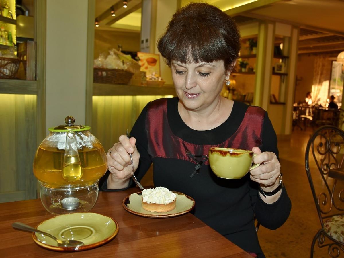 Kobieta jedząca ciasto