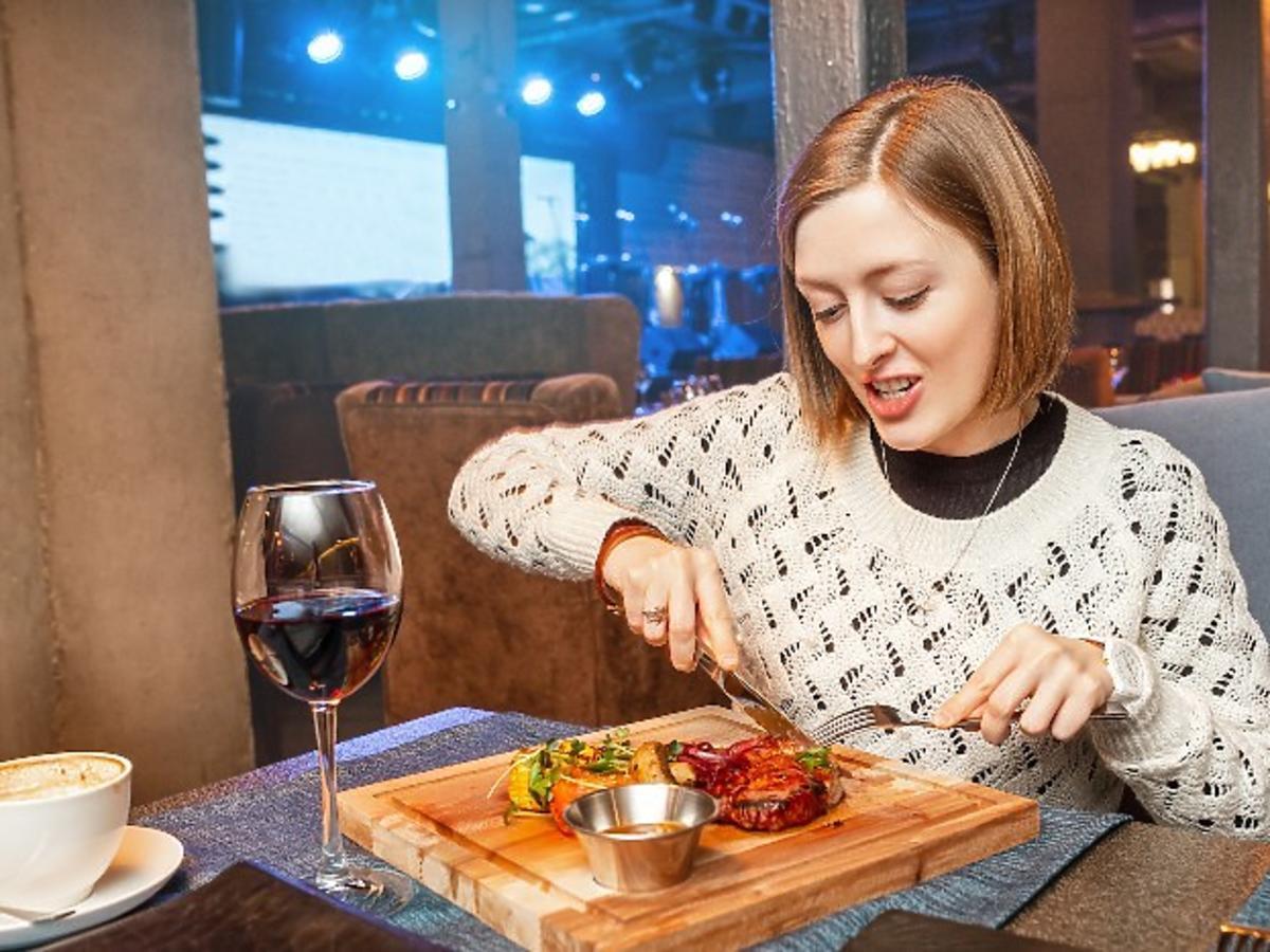 Kobieta jedząca stek