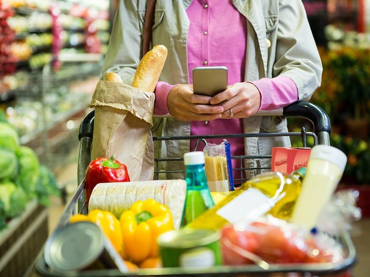 Kobieta z wózkiem na zakupy