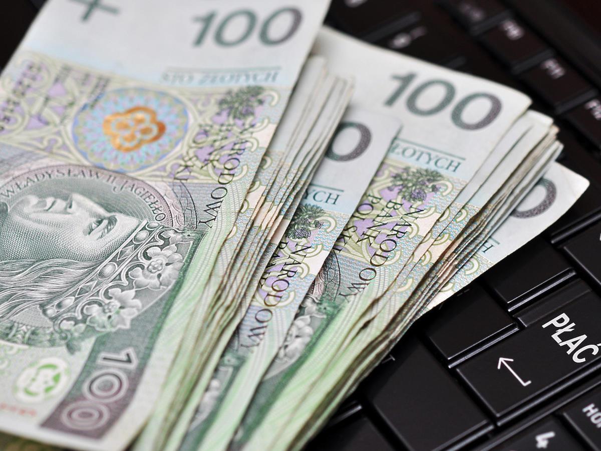 Kobieta zostawiła w spożywczaku sporą sumę pieniędzy. Sklep z Nowej Soli szuka klientki