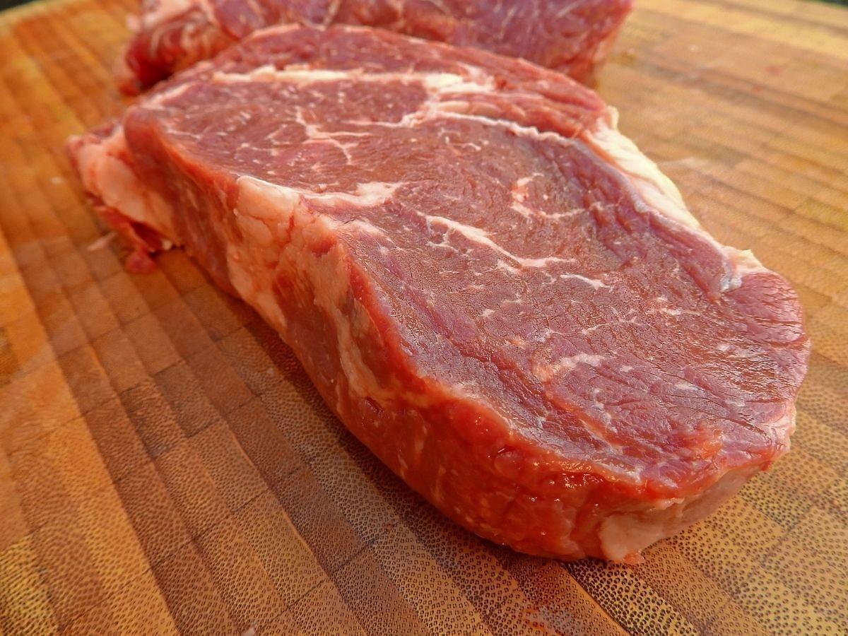 Kupiliście mięso i wypływa z niego czerwony płyn? To wcale nie musi być krew. Lepiej usiądzie