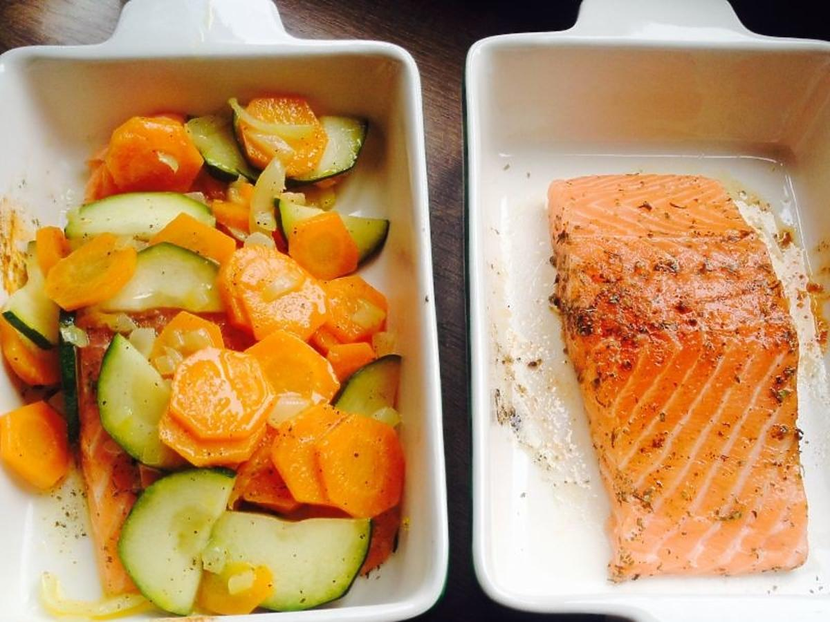 Łosoś pieczony z warzywami. Pomysł na szybki i zdrowy obiad