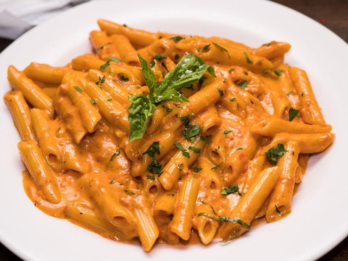 : Makaron z wódką i kremowym sosem pomidorowym. Najlepszy przepis
