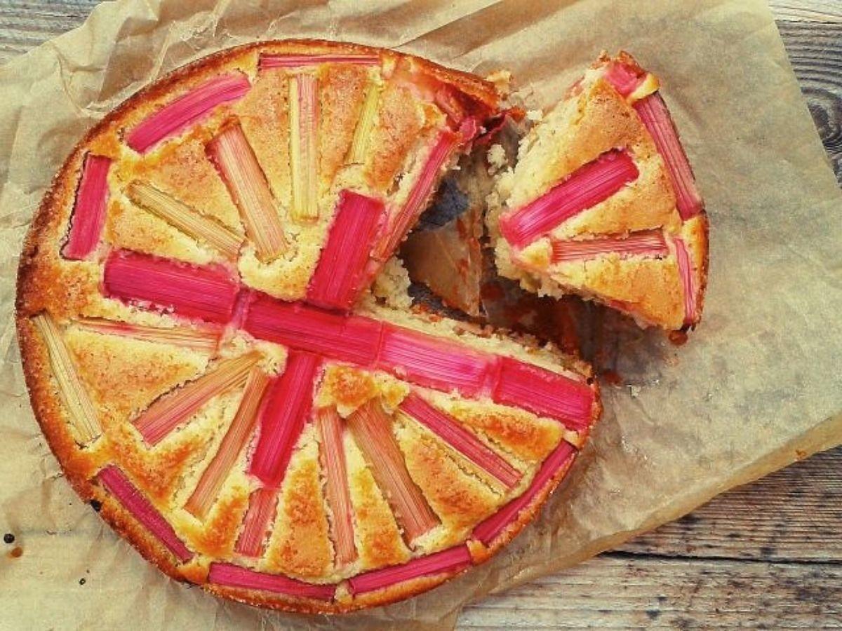 Mamy super przepis na ciekawe ciasto z rabarbarem. Jeden składnik zapewnia mu sukces SEO: Ciekawe ciasto z rabarbarem. Przepis na ciasto rabarbarowo-kokosowe