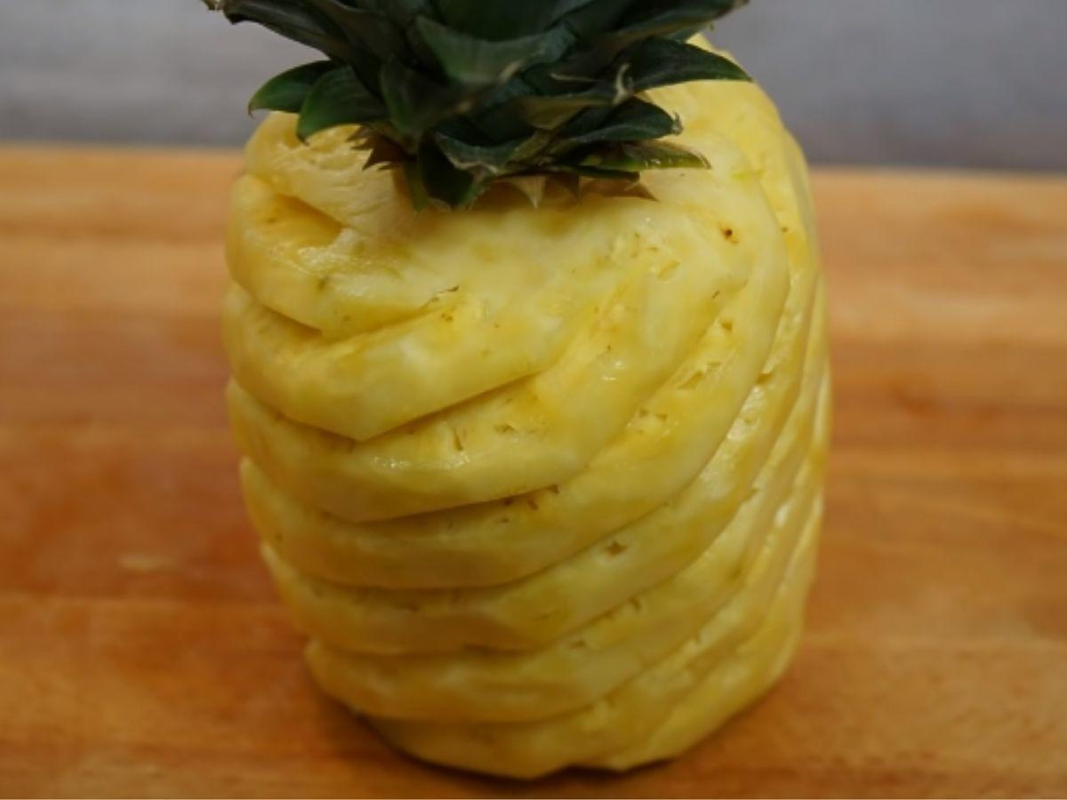 Mamy świetny sposób na obieranie świeżego ananasa. Super orzeźwia i kosztuje mniej niż 2 zł SEO: Jak obrać ananasa? Ten sposób szybko pozbawi go twardych części