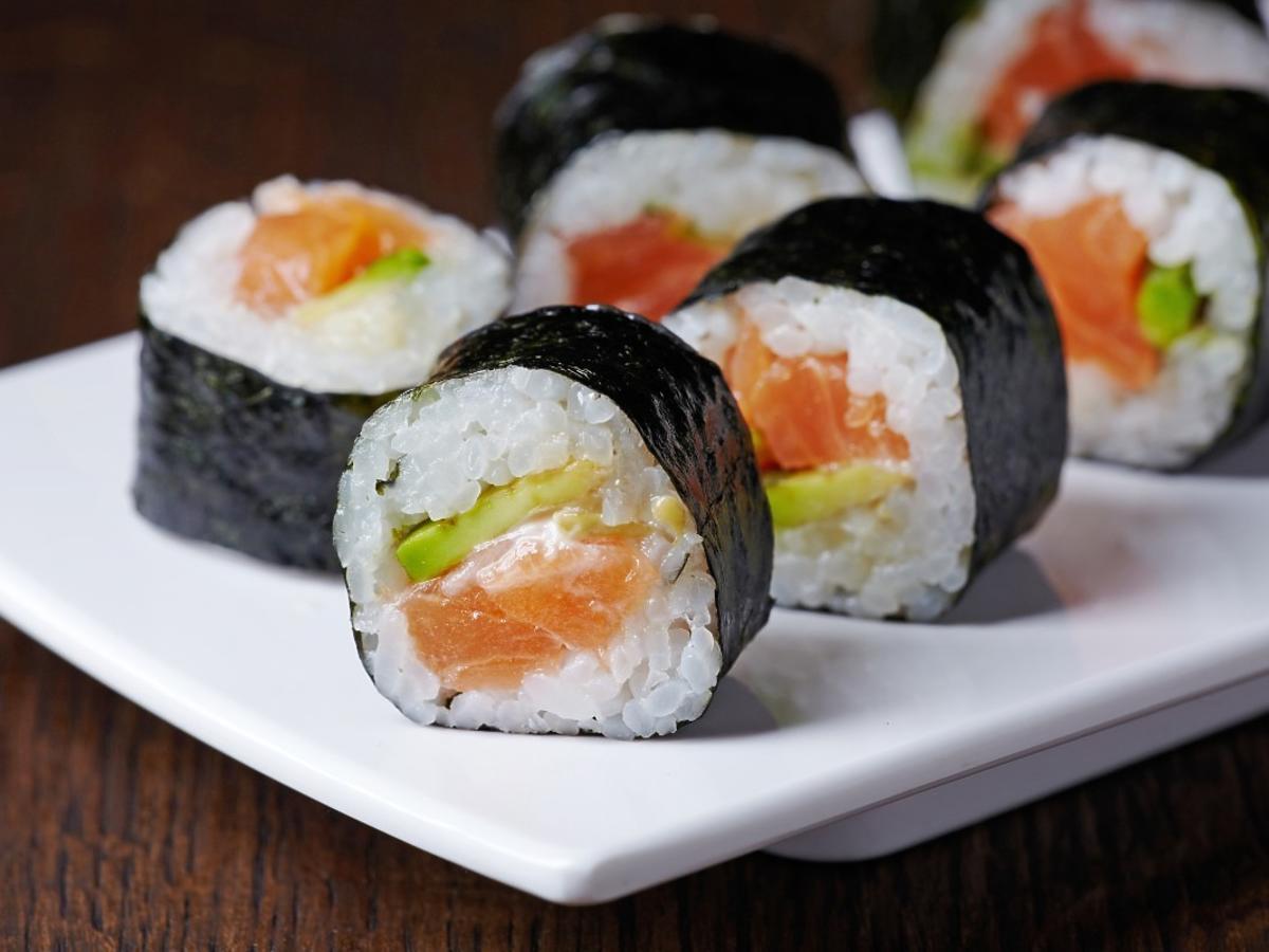 Masowe zatrucie sushi. 81 osób w szpitalu. Ostrożność to klucz w przypadku jedzenia ryby na surowo