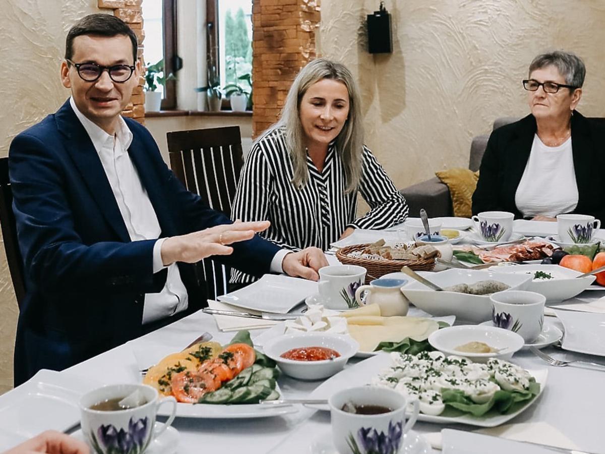 """Mateusz Morawiecki je śniadanie z rolnikami. Michał Kołodziejczak kpi: """"Statyści wynajęci"""""""