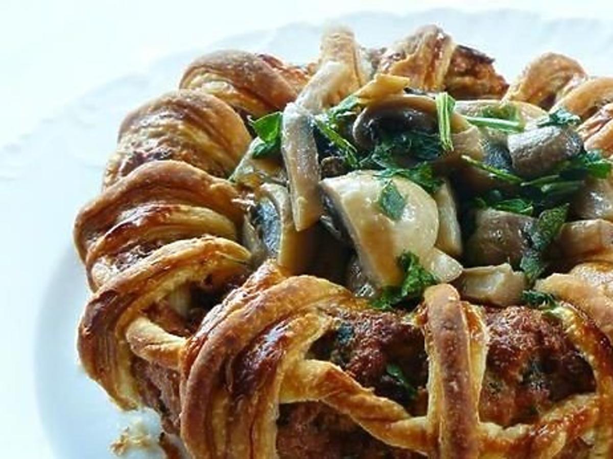 Mięso mielone w cieście francuskim. Prosty przepis na obiad