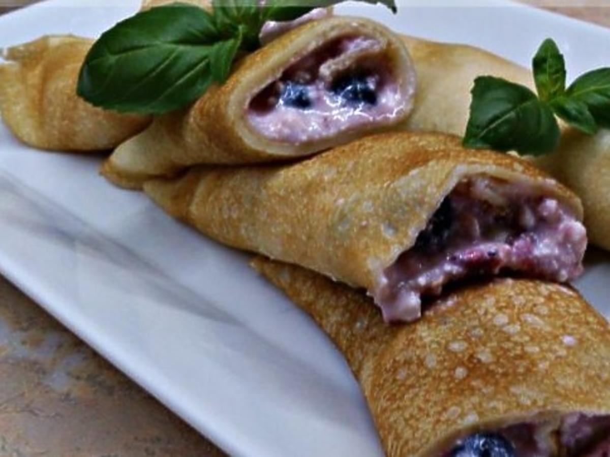 Mleczno-jogurtowe naleśniki z serem i owocami. Przygotujcie więcej, bo znikają w błyskawicznym tempie
