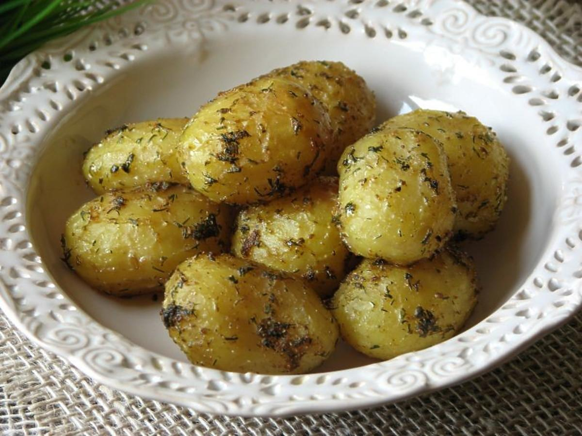 Młode ziemniaki z piekarnika. Prosty przepis na smaczny dodatek do obiadu