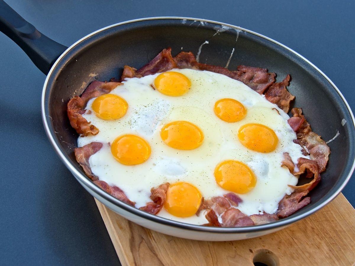 Na śniadanie jedzą jajka z boczkiem, na obiad smażony ser. Zero zbóż i owoców. Mimo to chudną