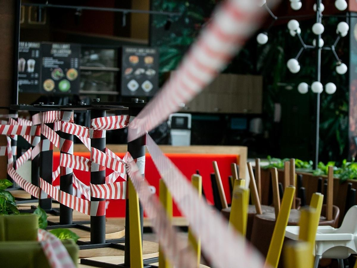 Narzekacie na zamkniete restauracje? Może być gorzej! Godzina policyjna, zakaz wychodzenia z domu i opuszczania kraju