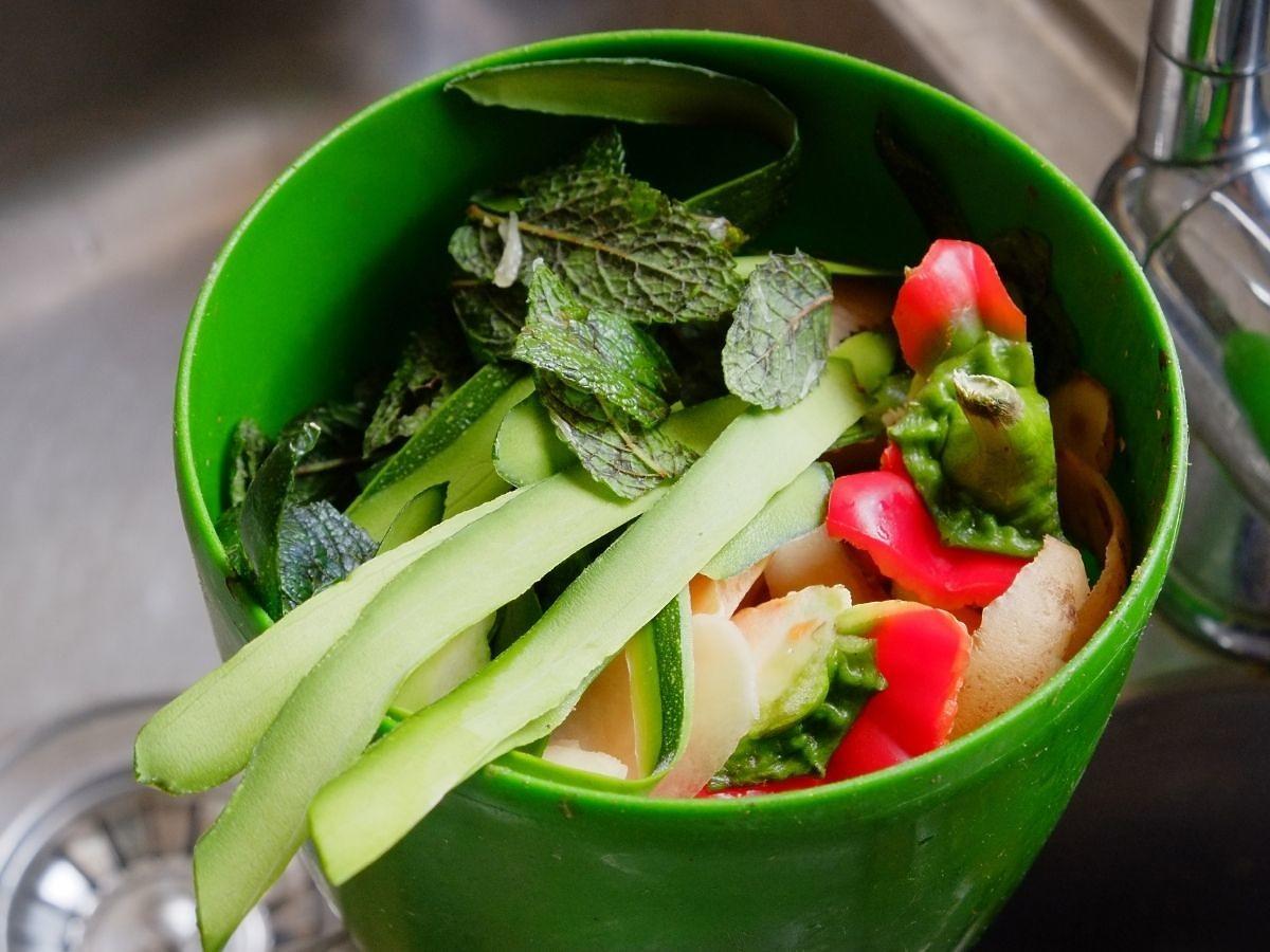 Nie wyrzucajcie obierków warzyw! Wrzućcie je do zamrażalki i zróbcie z nich coś pysznego