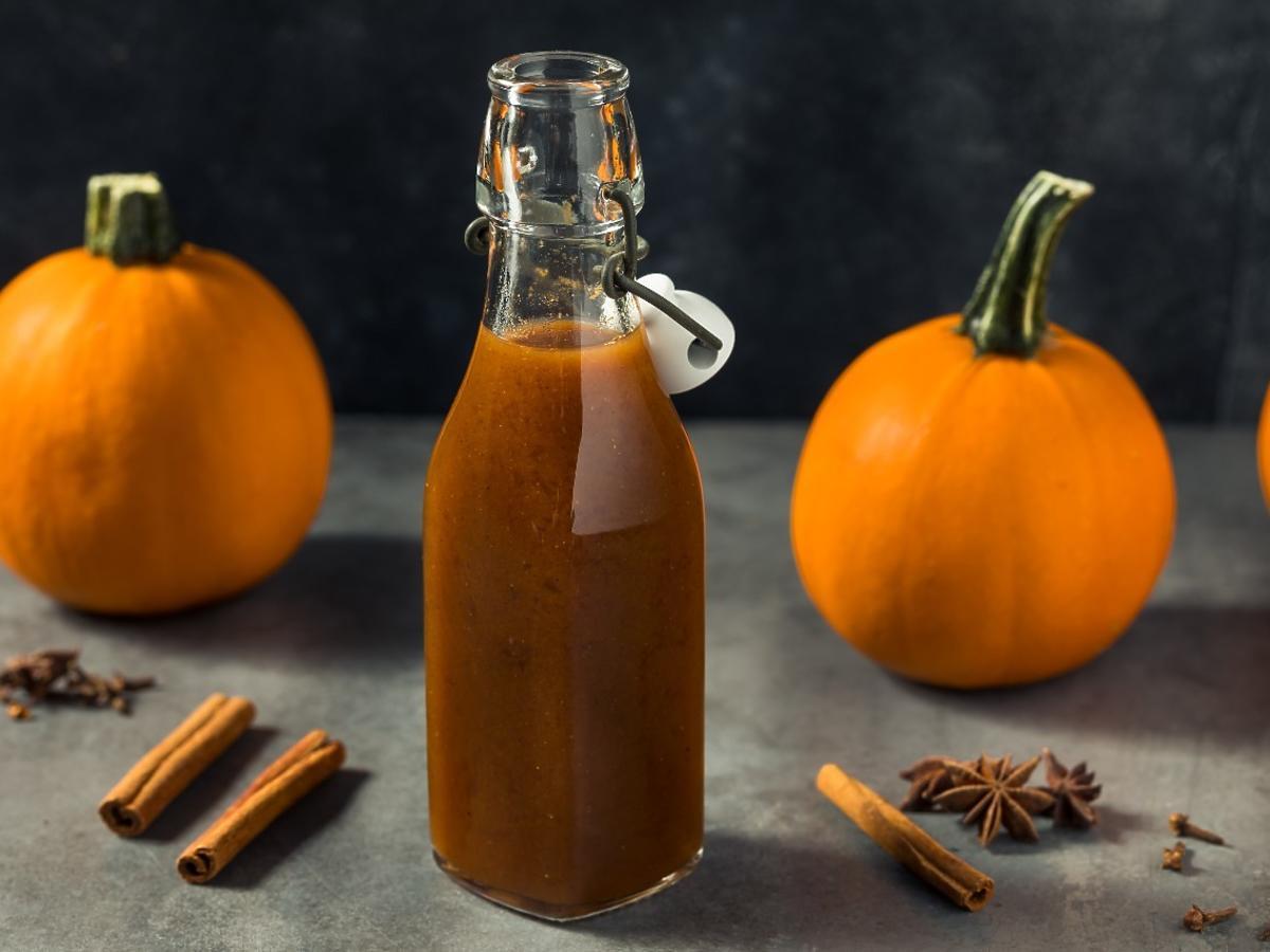 Nie wyrzucajcie resztek dyni, zróbcie domowy syrop, który zastąpi miód lub syrop klonowy. Idealny do kawy i naleśników