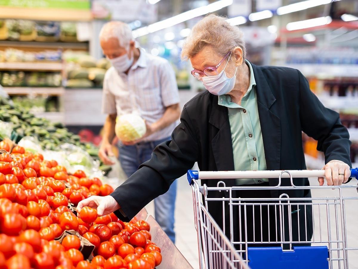 Padł rekord zgonów z powodu COVID-19. Czy w sklepach wrócą godziny dla seniorów?