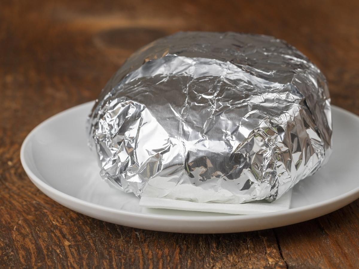 Pakujecie kanapki w folię aluminiową? To może wpłynąć na stan waszego układu nerwowego