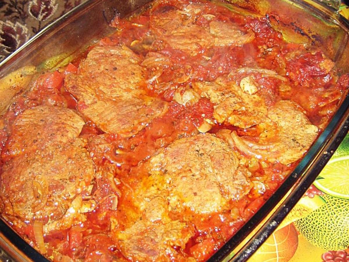 Pieczona karkówka w sosie cygańskim. Prosty, jednogarnkowy obiad