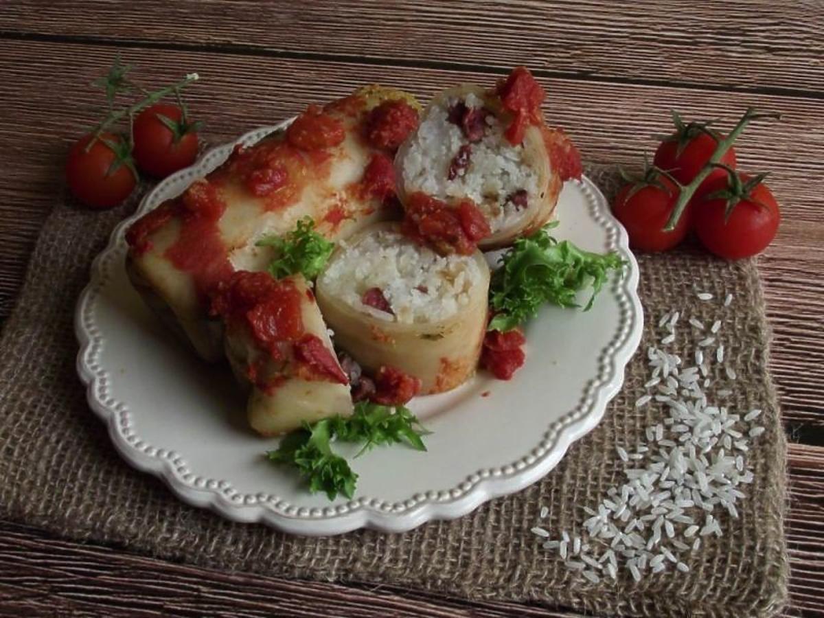 Pieczone gołąbki z kiełbasą. Przepis na smaczny i tani obiad
