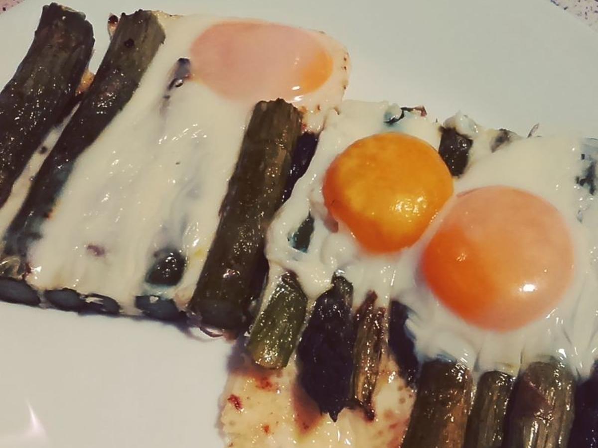 Pieczone szparagi z jajkiem sadzonym: przepis na wiosenną kolację lub obiad
