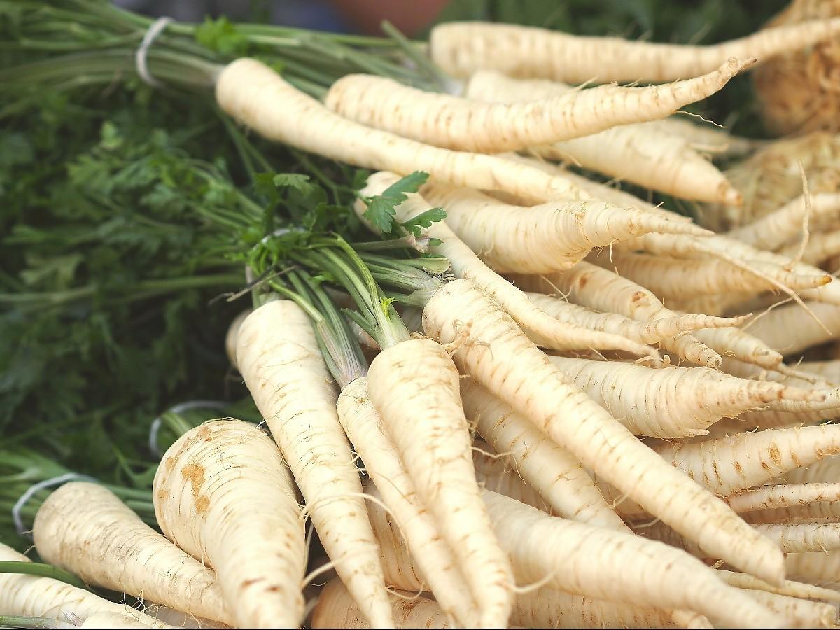 Pietruszka tylko dla bogaczy? Podrożała o ponad 10 zł za kg. O co chodzi z ceną tego warzywa?