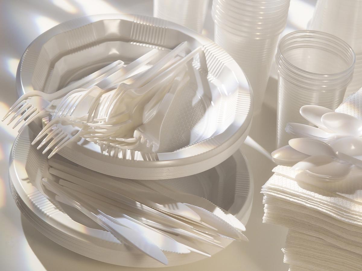 Plastikowe sztućce i talerze już w lipcu znikną ze sklepów! Jak będą wyglądać grille i pikniki?