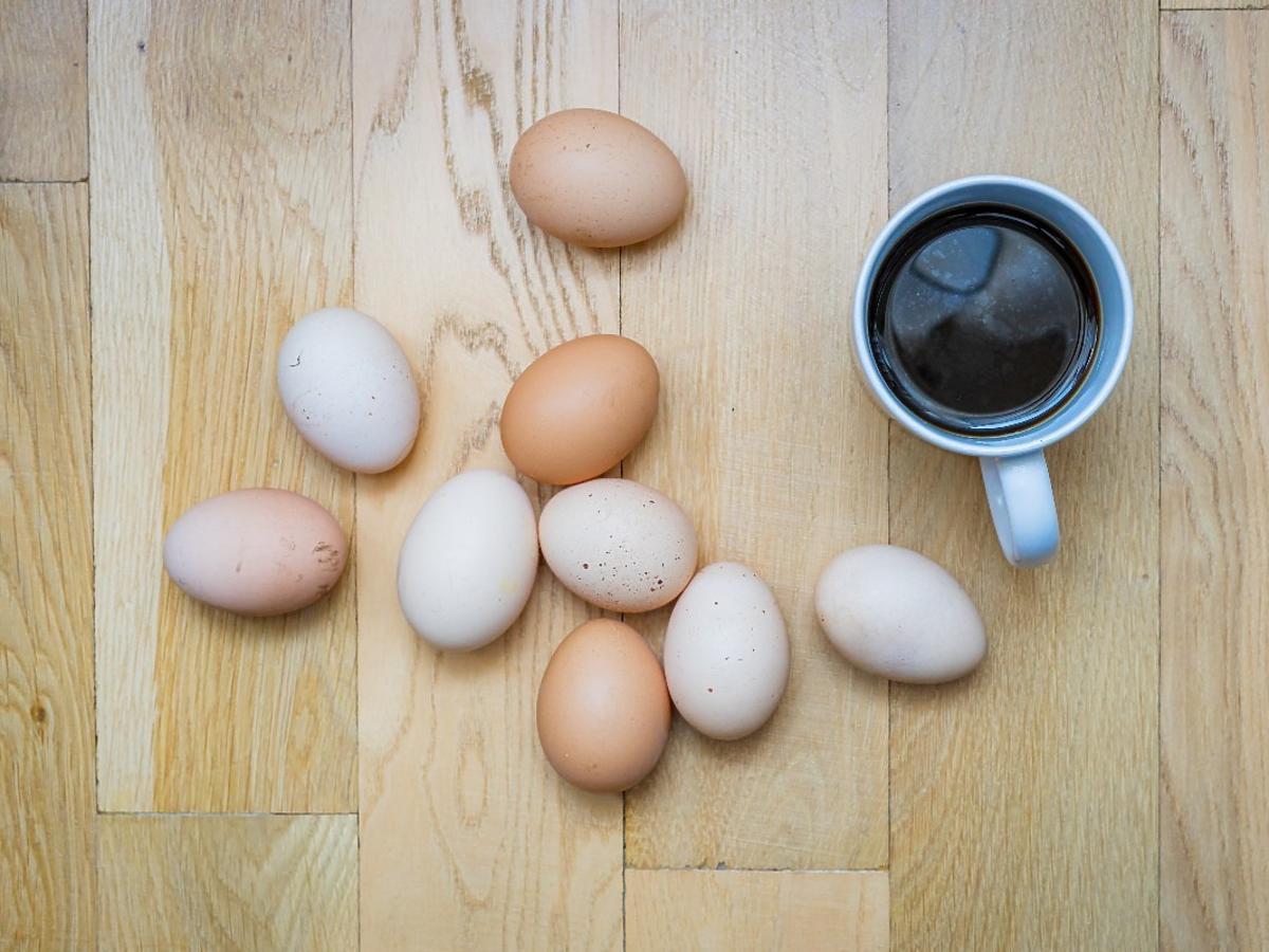 Po co dodaje się skorupki z jajek do kawy? Będziecie w szoku