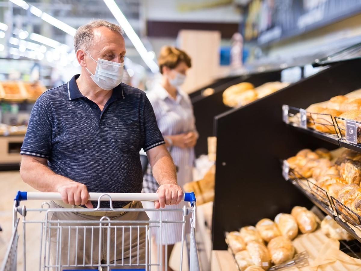 Polacy przestają nosić maseczki w sklepach spożywczych. Nie boją się 4. fali koronawirusa?