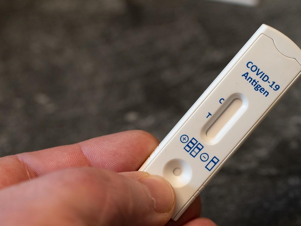 pozytywny wynik testu na covid zamoczonego w coli