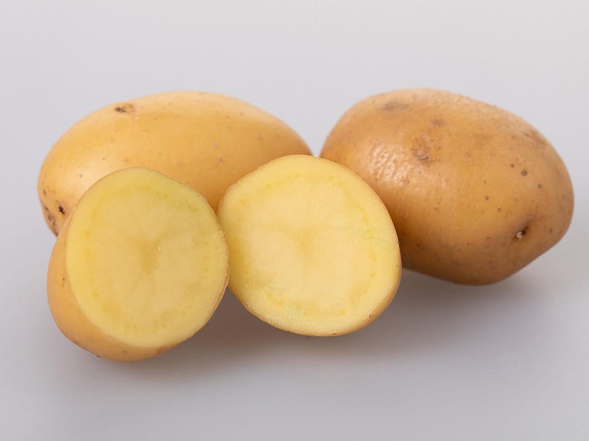 Przekrójcie ziemniaka na pół i przetrzyjcie nim okna. Efekt jest zaskakujący