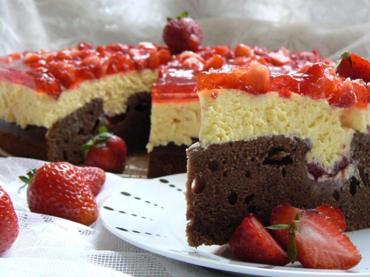 Przepis na ciasto czekoladowe z truskawkami. Pyszne do kawy