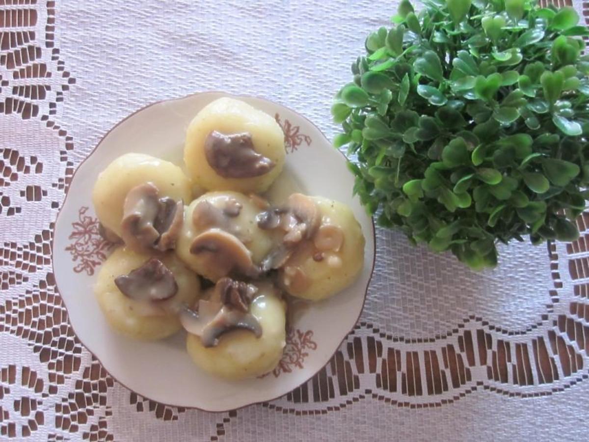 Przepis na kluski śląskie z sosem pieczarkowym. Pomysł na tani i szybki obiad