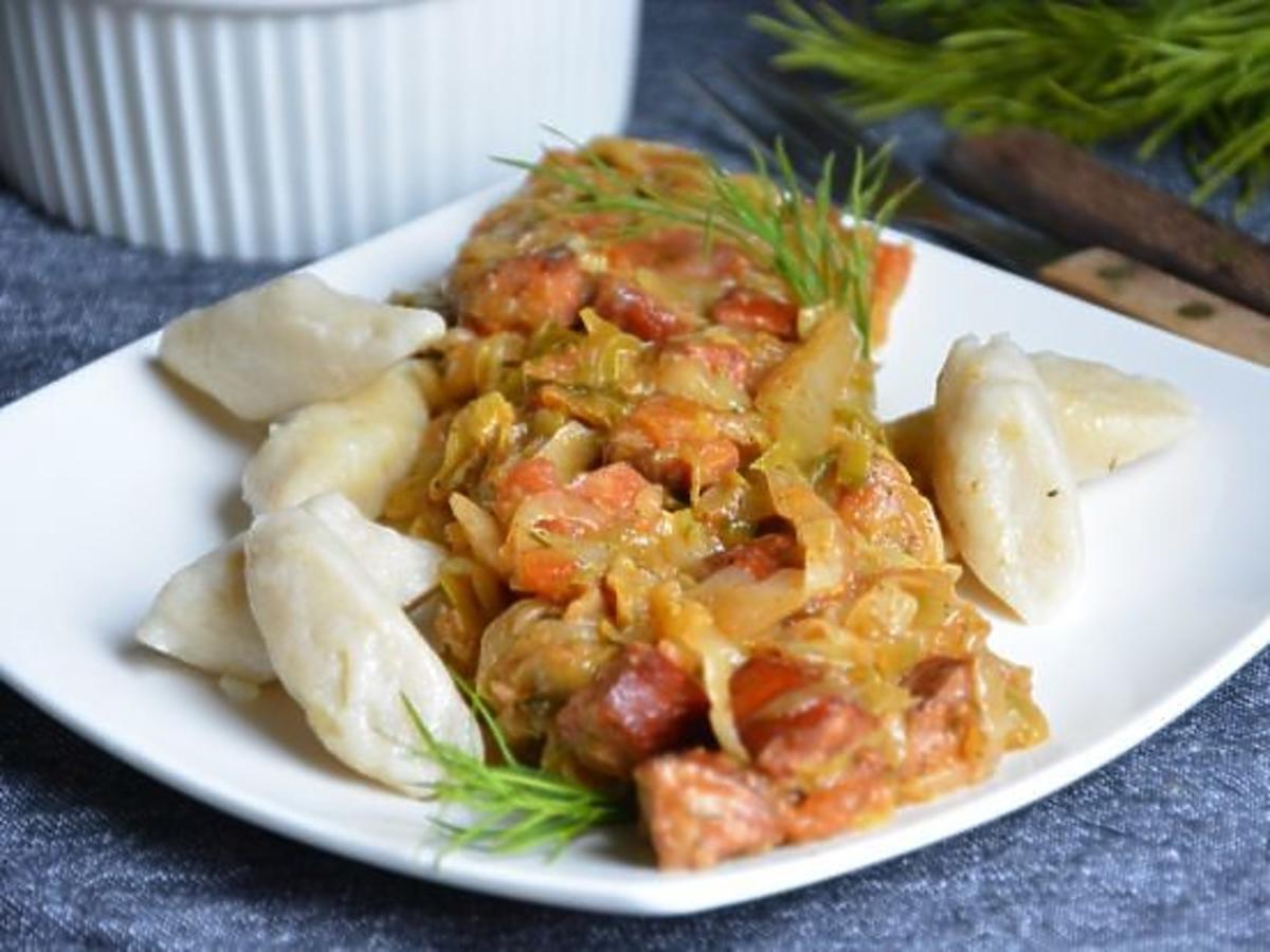 Przepis na kopytka z młodą kapustą, kiełbasą i pomidorami. Pyszny obiad dla całej rodziny