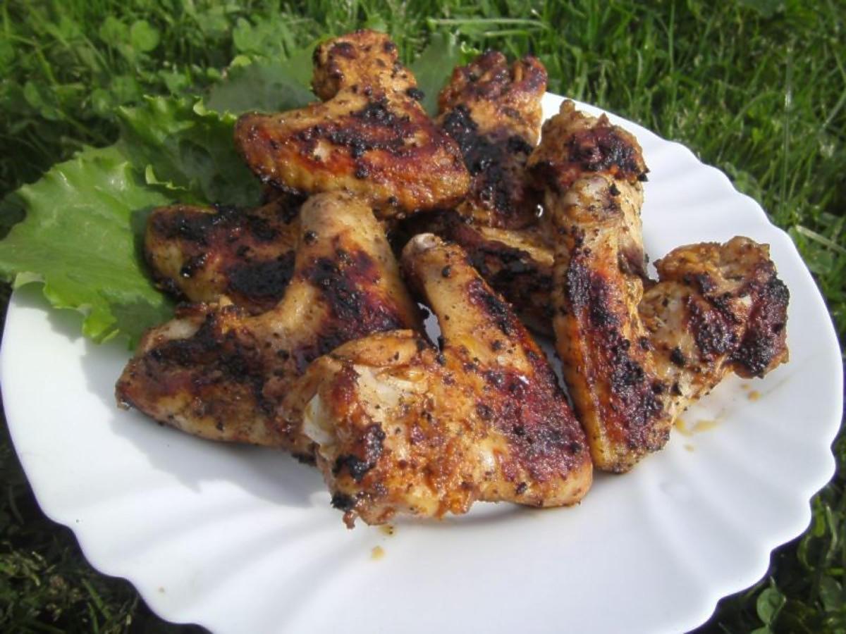 Przepis na marynowane pikantne skrzydełka na grilla. Palce lizać