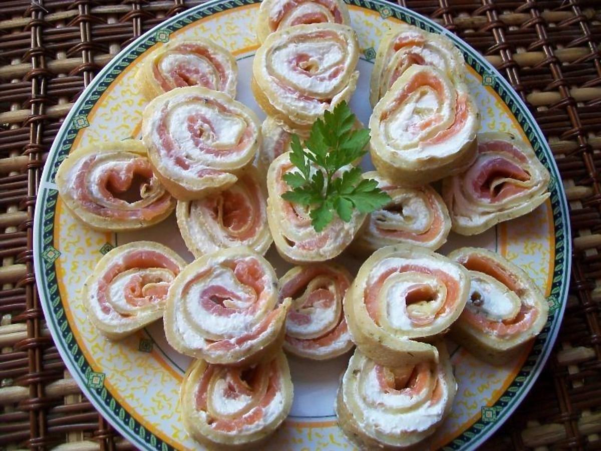 Przepis na naleśnikowe roladki z serem i łososiem. To efektowne danie zwala z nóg