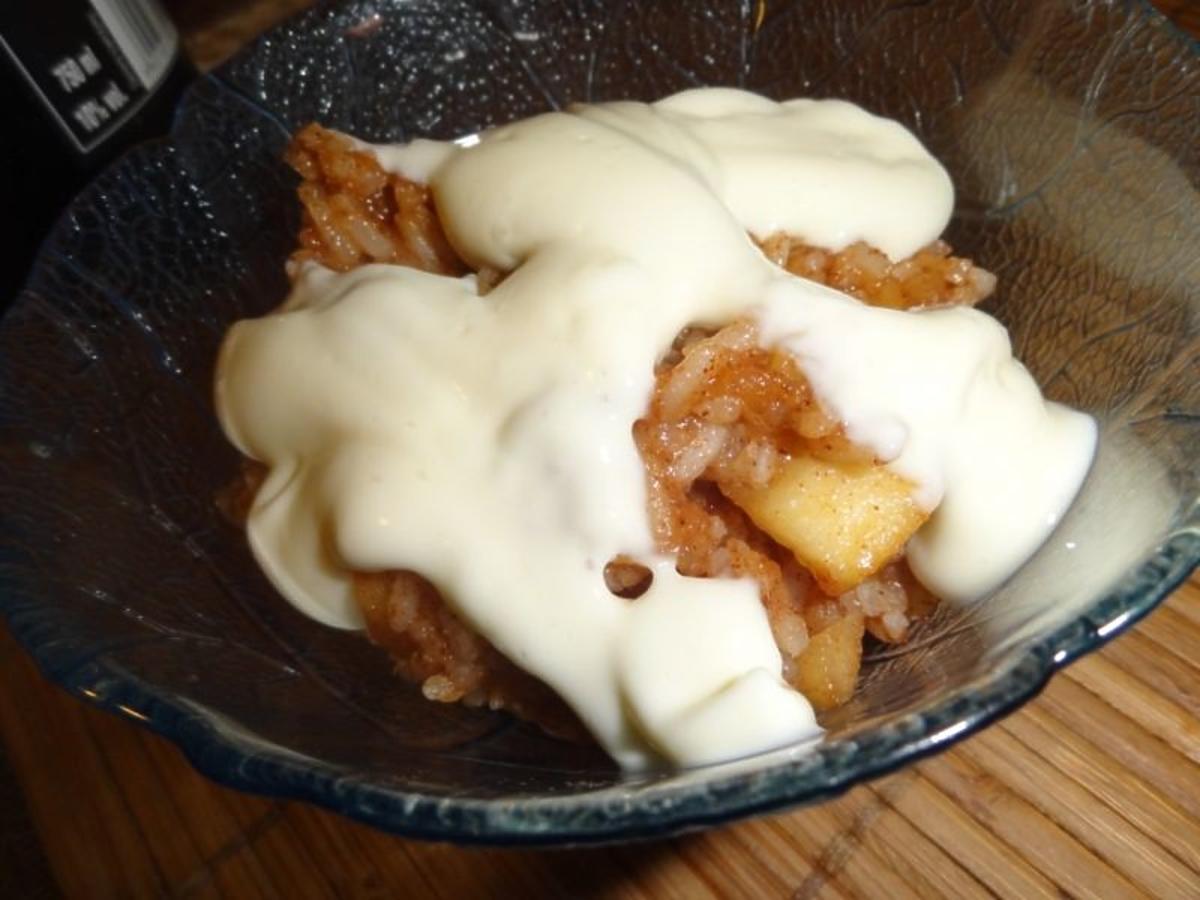 Przepis na ryż zapiekany na słodko z jabłkami. Podajcie go ze śmietaną. Co za deser!